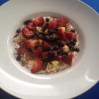 Obstsalat mit Joghurt und Leinsamen