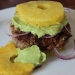 Ein Paleo konformer Ananas-Burger mit Guacamole