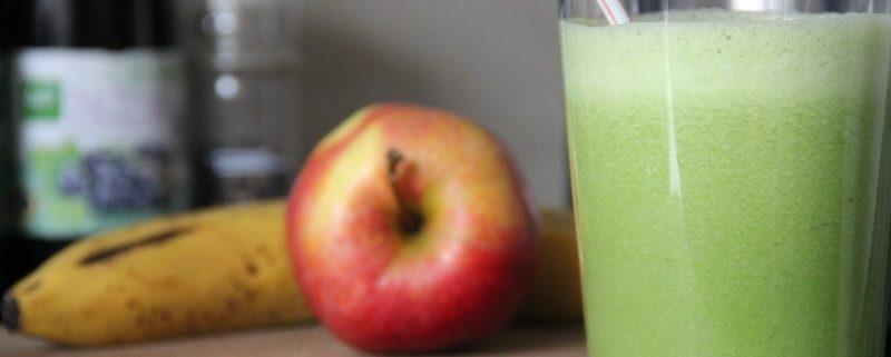 Ein grüner Smoothie aus Spinat, Banane und Apfel