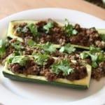 Zucchini-Boot mit Hackfleisch und frischem Koriander