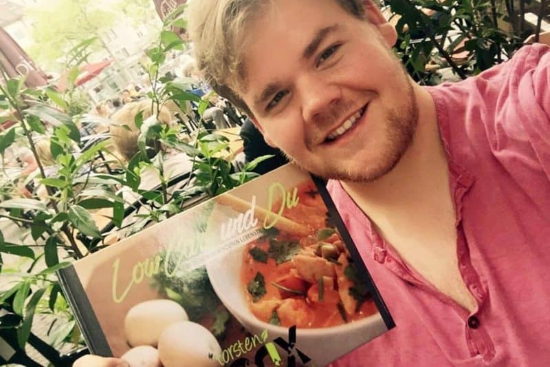 Torsten Prix mit seinem Kochbuch